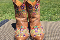 Selling: Western Boots Size: 6.5B