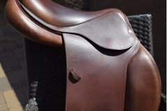 Selling: Devoucoux Biarritz C Saddle 17.5""