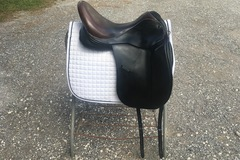Selling: Custom dressage saddle excellent condition 18""